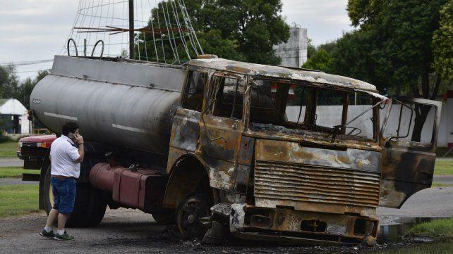 El camión fue quemado por los manifestantes.