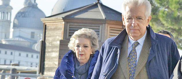 Paseo. Monti visita Venecia acompañado de uno de sus nietos y su esposa.