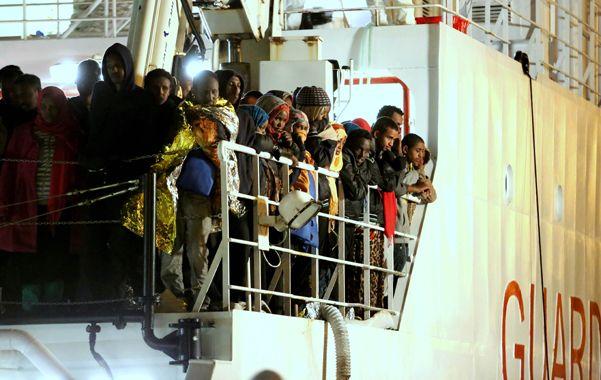 Penoso. Un grupo de libios rescatados de precarias embarcaciones por la marina militar italiana