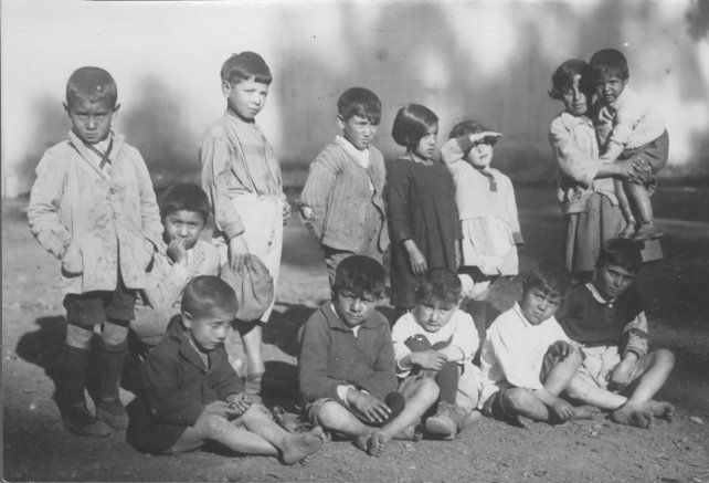 Asistían niños de todas las edades, en su mayoría hijos e hijas de los cuidadores y jockeys del hipódromo. Colección Museo de la Ciudad Wladimir Mikielievich.