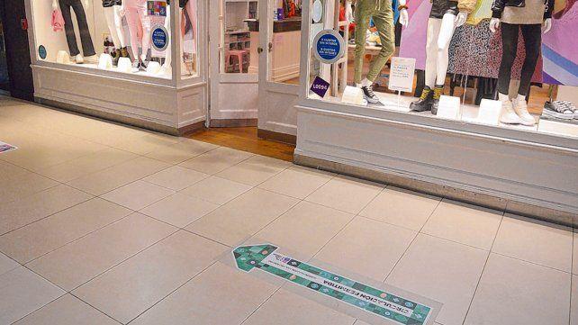 señalética. El Alto Rosario ya cuenta con carteles que indican las recomendaciones sanitarias para los clientes del centro comercial.