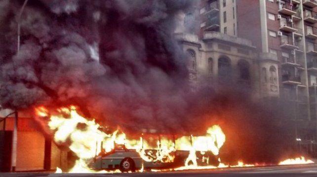 Pánico en plena calle por un colectivo que se incendió y luego explotó en Avellaneda