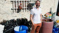 Es ingeniero industrial y recicla vidrio para transformarlo en piezas de diseño
