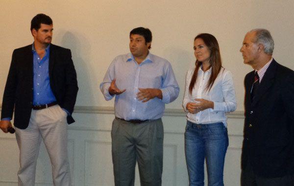 Anita Martínez junto a Gabriel Chumpitaz y a Eugenio Burzaco en la Federación Gremial.