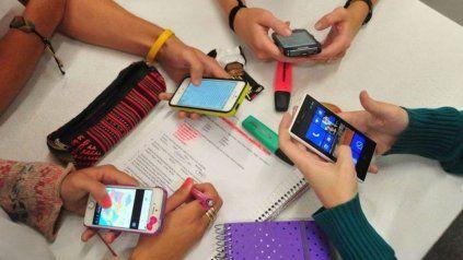 Los alumnos del 1er año de las escuelas secundarias de las zonas rurales podrán contar con celulares para acceder a contenidos.