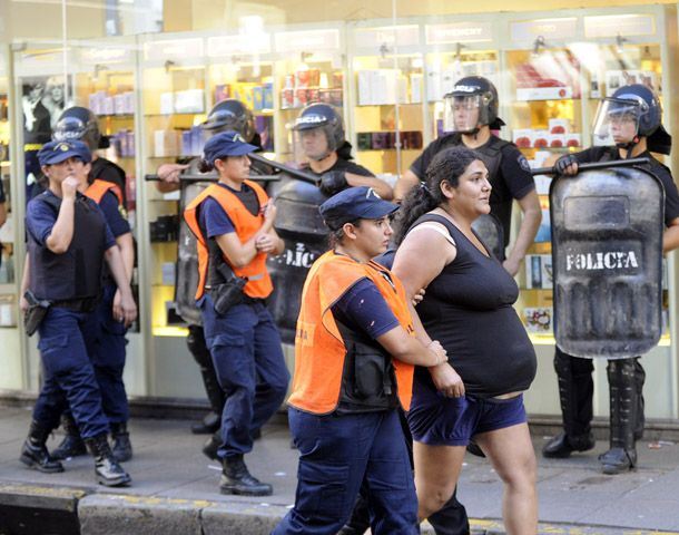 Varias mujeres fueron detenidas por la policía tras el desalojo del piquete.