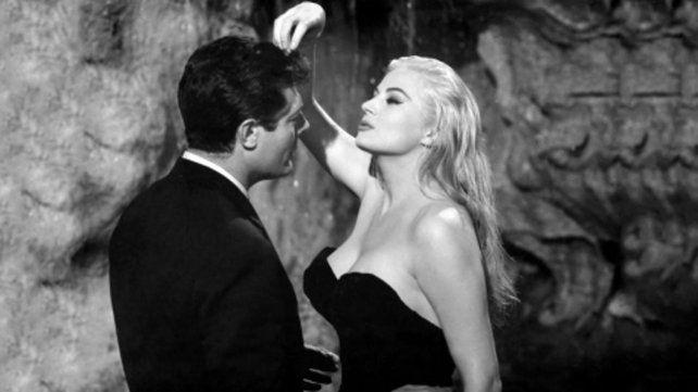 Puro erotismo. Marcello Mastroianni y Anita Ekberg en la famosa escena de seducción en la Fontana di Trevi.