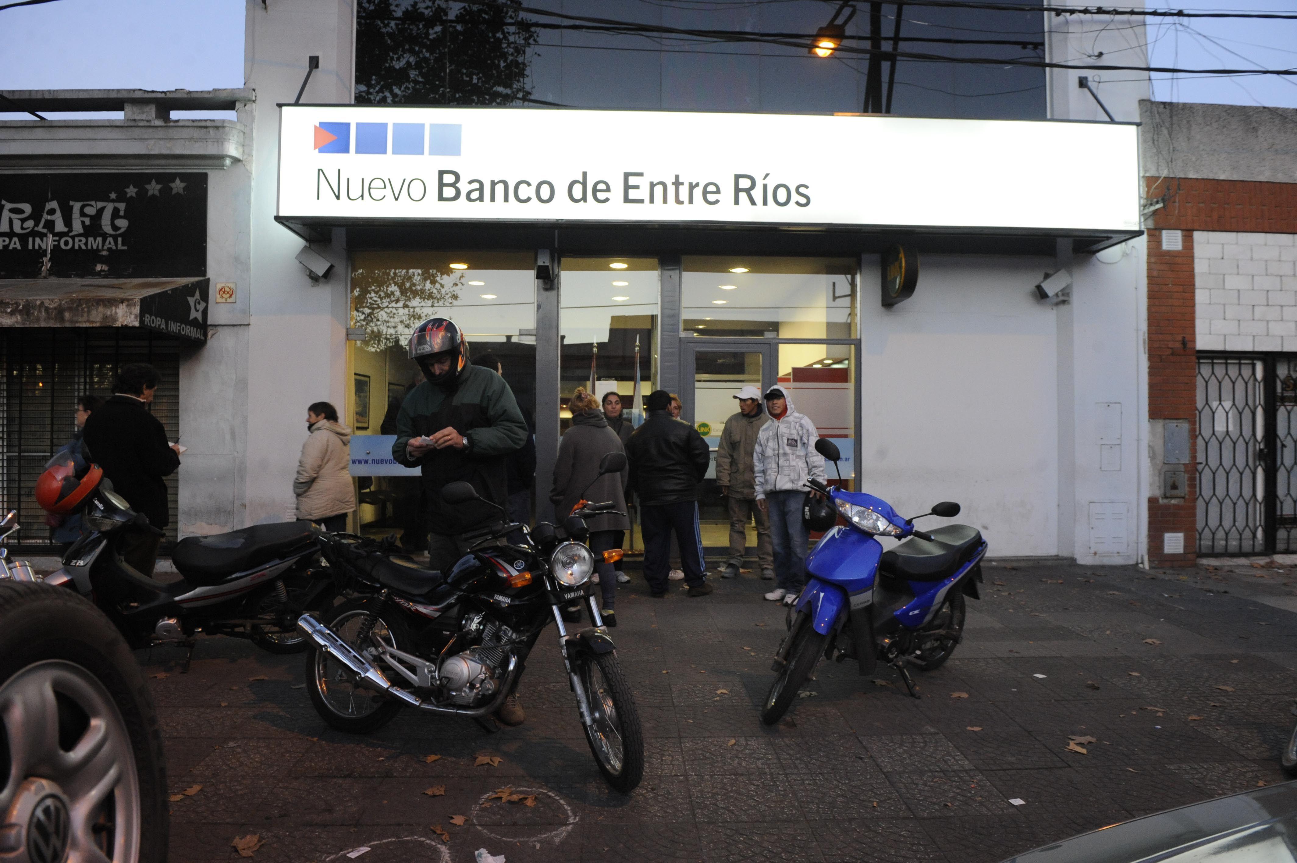 Los portavalores de la empresa Prosegur fue abordados por tres delincuentes frente a la sucursal del Nuevo Banco de Entre Ríos (Foto: M. Bustamante).