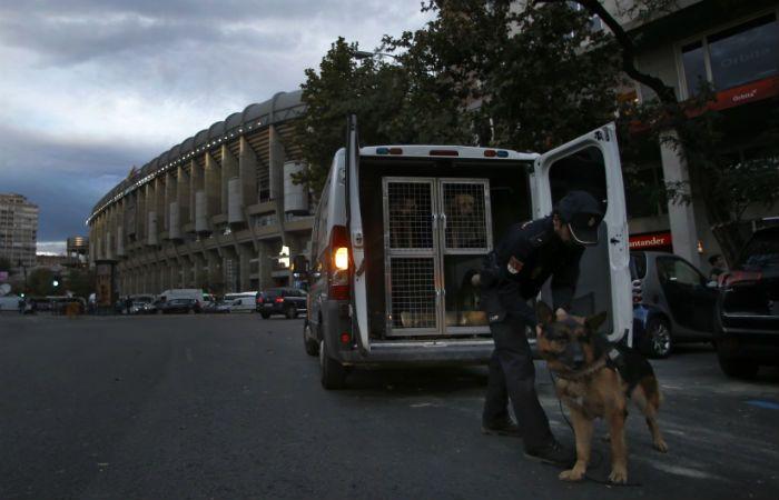 A trabajar. Un policía hace descender a uno de los ovejeros alemanes que estarán en el estadio merengue.