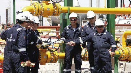 Empleados de Tecpetrol, empresa del Grupo Techint, inaugurando una planta de gas en Añelo, en la cuenta de Vaca Muerta.