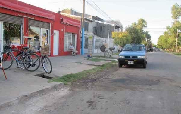 "El súper. Carlos ""Calín"" Arriola cayó frente a este comercio donde había ido a comprar chorizos para un asado."
