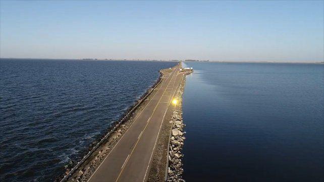 La laguna La Picasa está atravesada por la Ruta 7
