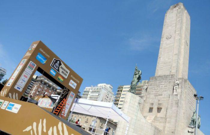 El podio junto al Monumento a la Bandera ya está listo para mañana. (Foto: Silvio Moriconi / Municipalidad de Rosario).
