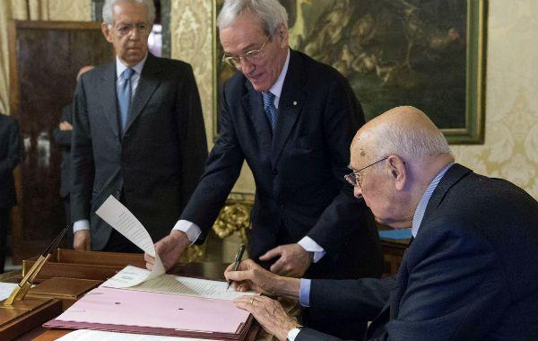 Protocolar. Napolitano firma el acta de disolución del Parlamento. El renunciante premier (izquierda) lo observa.