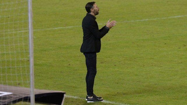 Aplaudan. El Kily González festeja el juego y el resultado ante el cuervo por la copa.