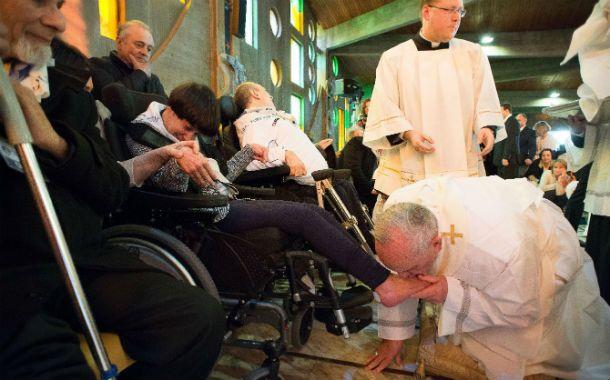 Profunda humildad. Francisco se inclina ante uno de los doce enfermos.