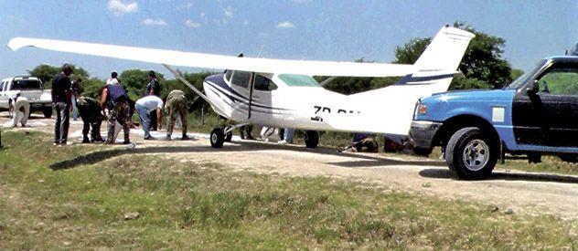 La avioneta aterrizó en un camino sumamente precario
