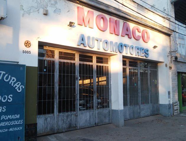 La agencia de autos asaltada ayer a la noche. Los ladrones buscaron se llevaron un BMW modelo 2000. (Foto: Sebastián S. Meccia)