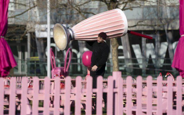 Un camarero lleva un copon publicitario fuera de un bar en Liverpool