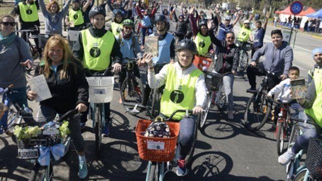 Pedalear y leer. Durante la bicicleteada los ciclistas dejaron libros en parques y plazas para que otros rosarinos abracen el placer de la lectura.