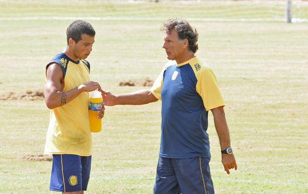 Indicaciones. Russo habla con Lazo en la práctica. (Foto: Silvina Salinas)