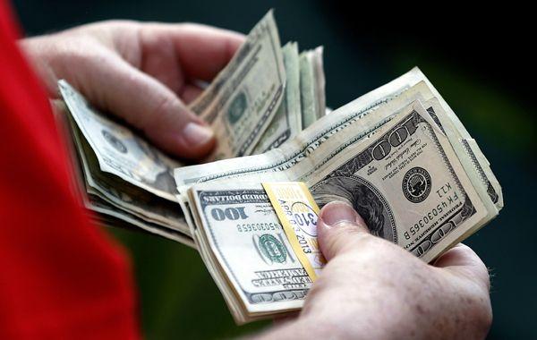 El dólar paralelo marcó un nuevo máximo histórico al cerrar 15,10 pesos