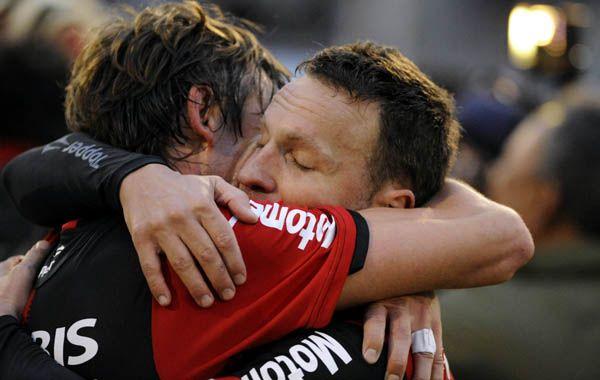 Heinze y Bernardi se funden en un sentido abrazo cuando Loustau pitó el final. (foto: Gustavo de los Ríos)