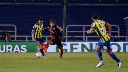 Juan Sforza, que es cinco, jugó de extremo izquierdo ante Central.