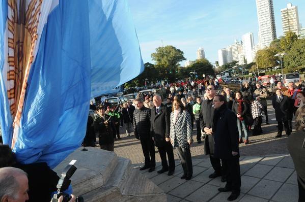 Bofatti y Fein encabezaron el izamiento de la bandera. (foto de Twitter)