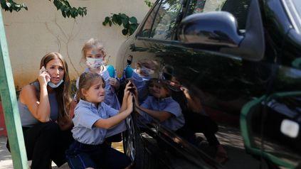 Una madre y sus hijas sorprendidas por los combates en un barrio cristiano de Beirut.
