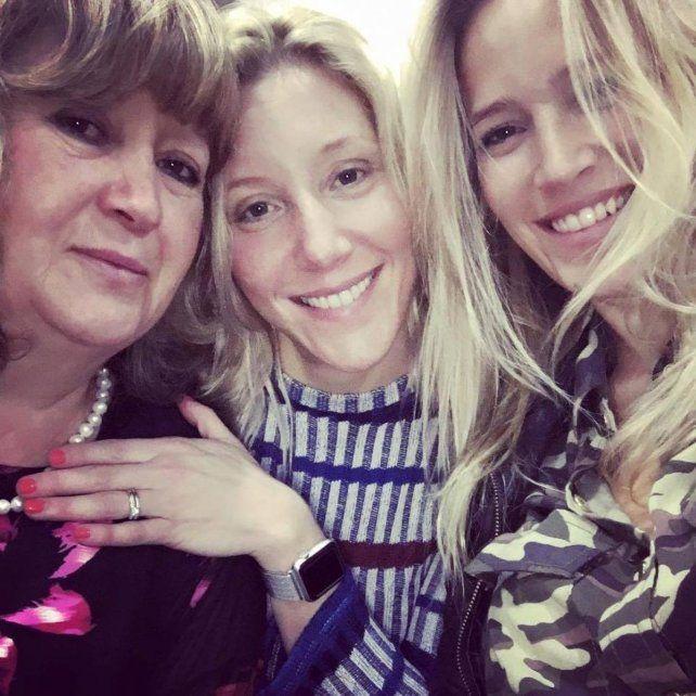 Mamá con las hermanas Daniela y Luisana.