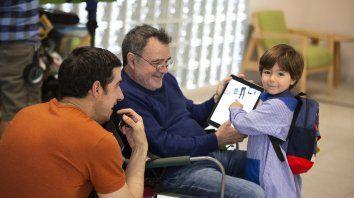 Un alto en el rodaje. El protagonista bromea con Carlos Sorín y su nieto Julián, hijo de Lula Bertoldi y Nico Sorín.