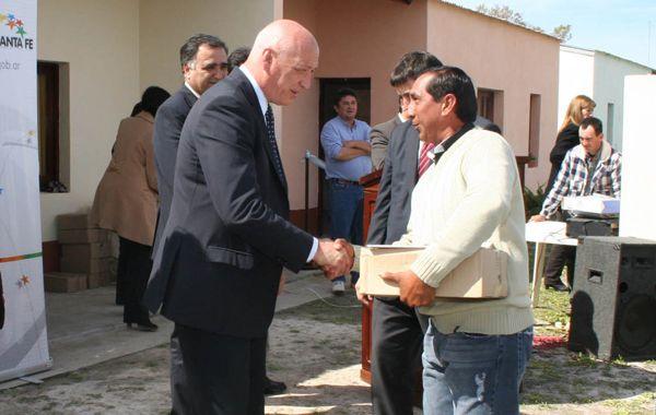 Antonio Bonfatti entregó las llaves a los adjudicatarios.