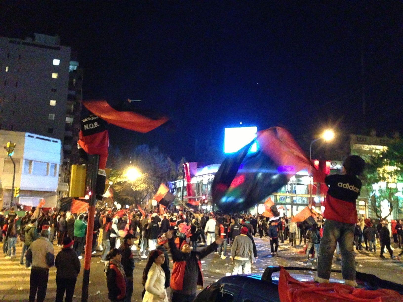 Los hinchas de Newells no pudieron contener la ansiedad y se volcaron a las calles para festejar el triunfo ante Atlético Rafaela.