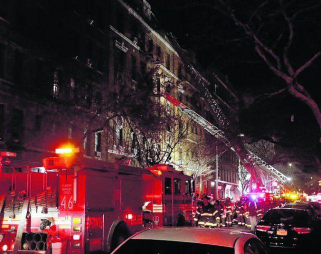 En el Bronx. Las brigadas de bomberos arribaron al lugar.