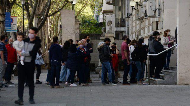 La cola para ingresar a votar en la Facultad de Ciencias Económicas (Oroño al 1200).