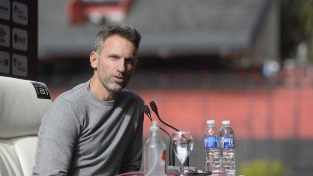 Lucas Bernardi fue presentado como mánager del club.