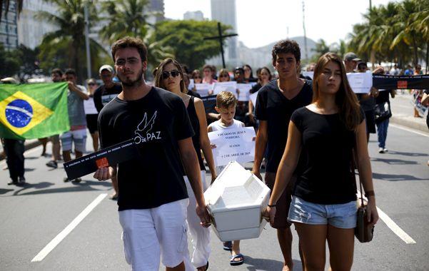desgarrador. Militantes de grupos pacifistas transportan el ataúd del pequeño asesinado durante un operativo.