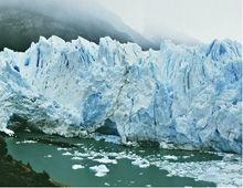 Extraño fenómeno en Los Glaciares: emergió del agua una pirámide de hielo