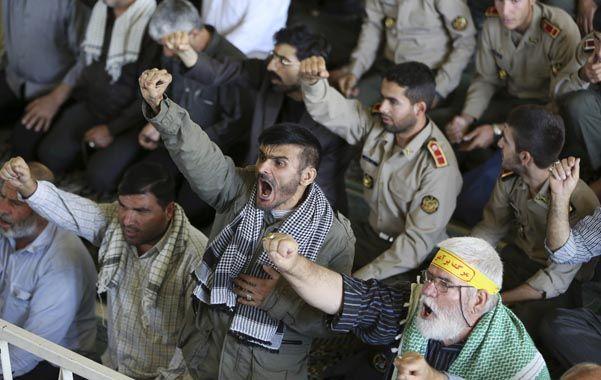 "Furia iraní. Militantes del régimen clerical iraní claman ""muerte a la familia real saudita"" ayer en Teherán."