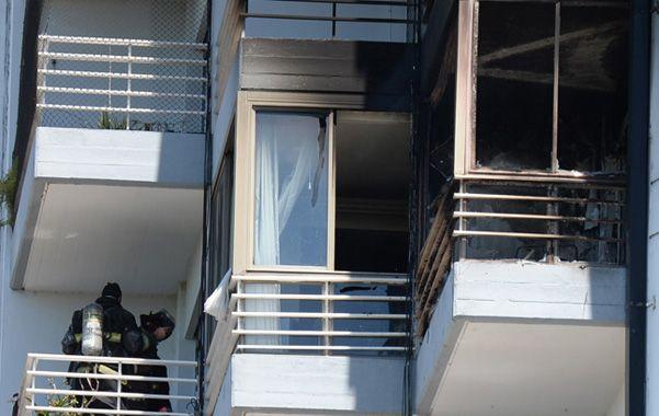El vecino del departamento que vive en el piso de arriba al siniestrado da señales de que la situación está controlada. (Foto: S.Salinas)