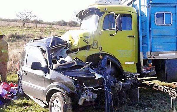 Una cantante tropical y su esposo volvían desde Buenos Airesy fallecieron instantáneamente al estrellarse contra un camión.