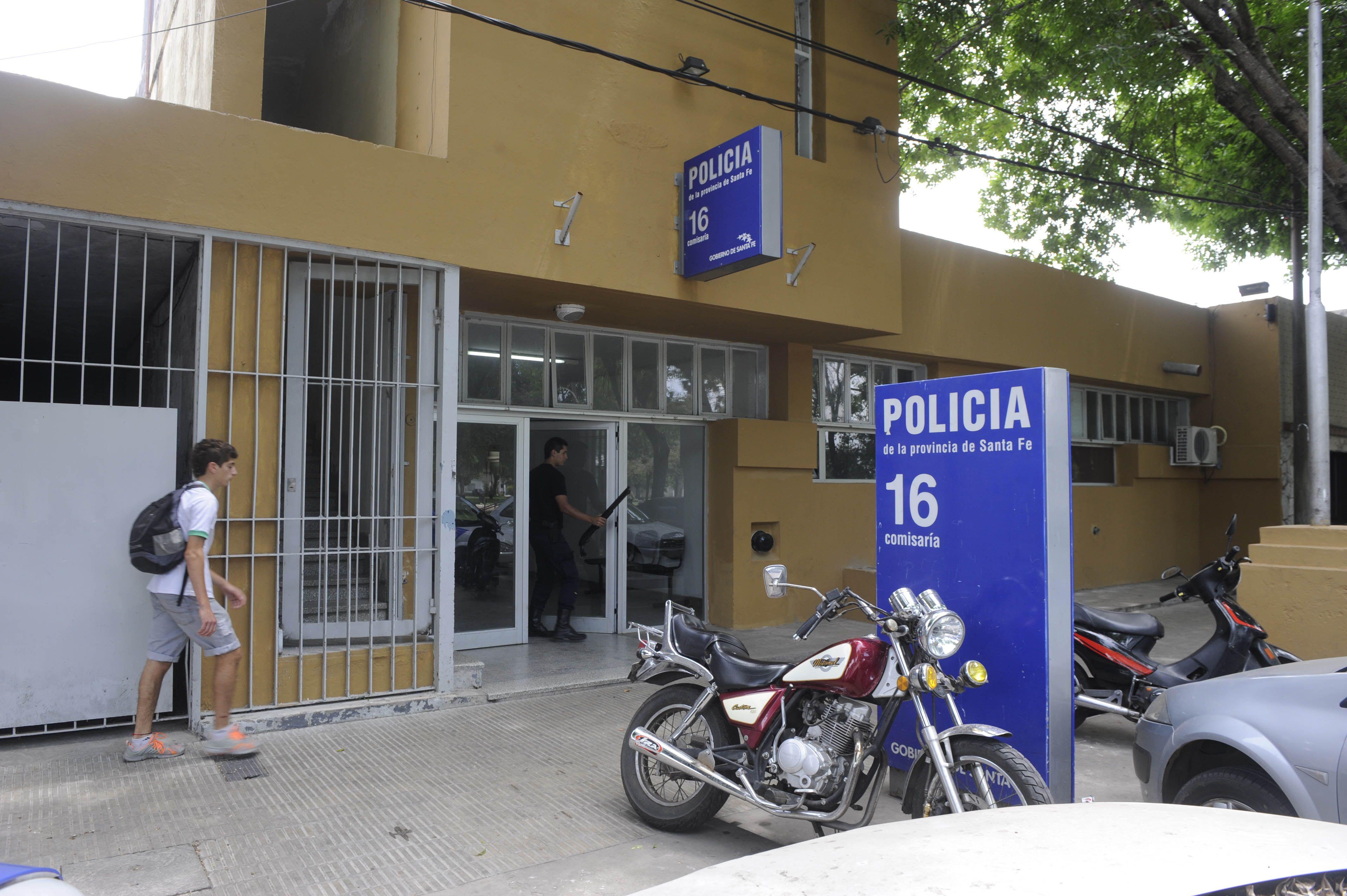 La seccional 16ª donde quedó detenido el joven acusado por dos muertes.