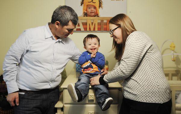 Pura felicidad. El pequeño Julio junto a sus padres adoptivos