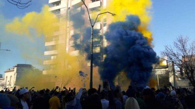 Las bengalas de humo azul y amarillo le dieron color a una multitudinaria concentración canalla.