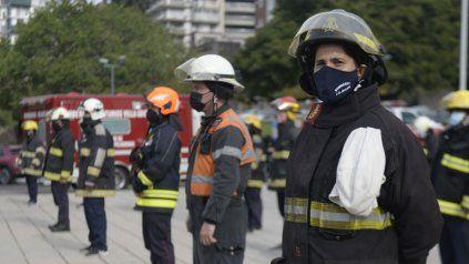 Los bomberos llegaron a reclamar su vacuna con una ruidosa protesta en el Monumento a la Bandera.