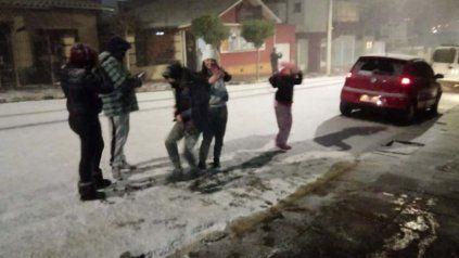Un grupo de adolescentes disfruta de la nieve en Río Grande do Sul.