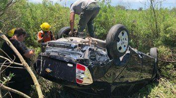 Susto. El auto siniestrado quedó con las cuatro cubiertas para arriba, pero sus ocupantes no sufrieron heridas.