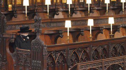 Sola, la reina Isabel II despidió a su esposo en la capilla del castillo de Windsor.