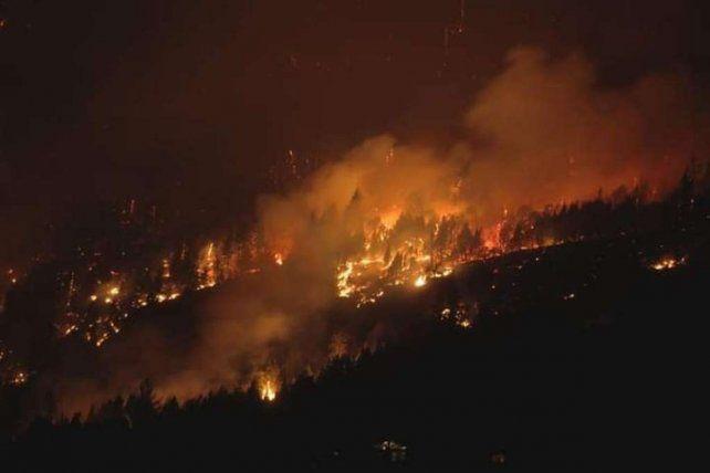 La magnitud del incendio llevó a Protección Civil de la Nación a declarar el alerta roja en la zona.